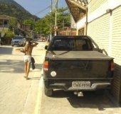 Dono de SUV mostra sua educação e respeito ao espaço público, ocupando toda a calçada
