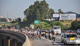 Centenas de bicicletas em direção ao litoral