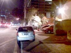 No Restaurante Lilló, (R. Borges Lagoa, 1321), cobram dez reais para estacionar seu carro na calçada (foto de 03/set/08, às 20h26)