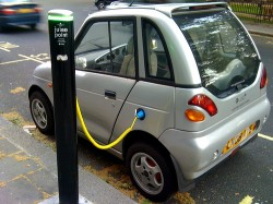 Carro eletrico sendo carregado - Foto: Doctor Popular, via Flickr