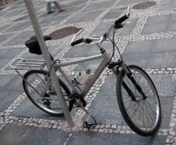 Bicicleta presa a poste no centro de São Paulo. Foto: Apocalipse Motorizado