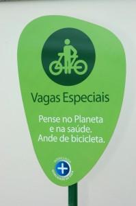 Bicicletário no Pão de Açúcar da Vila Clementino, em São Paulo. Infelizmente, ainda uma exceção.