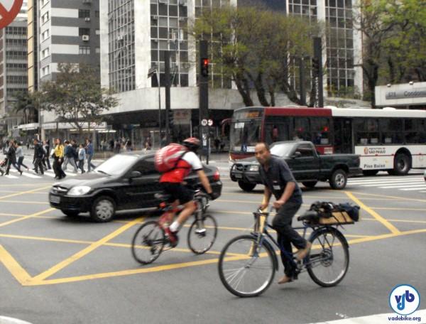 Pedalar na contramão proporciona uma falsa sensação de segurança, trazendo mais risco ao ciclista. Foto: Willian Cruz