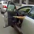 carro parado abrindo a porta fb h - Imagem Ciclista Capixaba-Reproducao