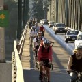 hora do rush em portland travessia da hawthorn bridge ciclistas cruzando ponte