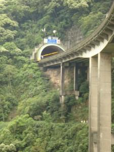 A estrada passa por baixo das pontes e por cima dos túneis. O tamanho das pilastras impressiona.
