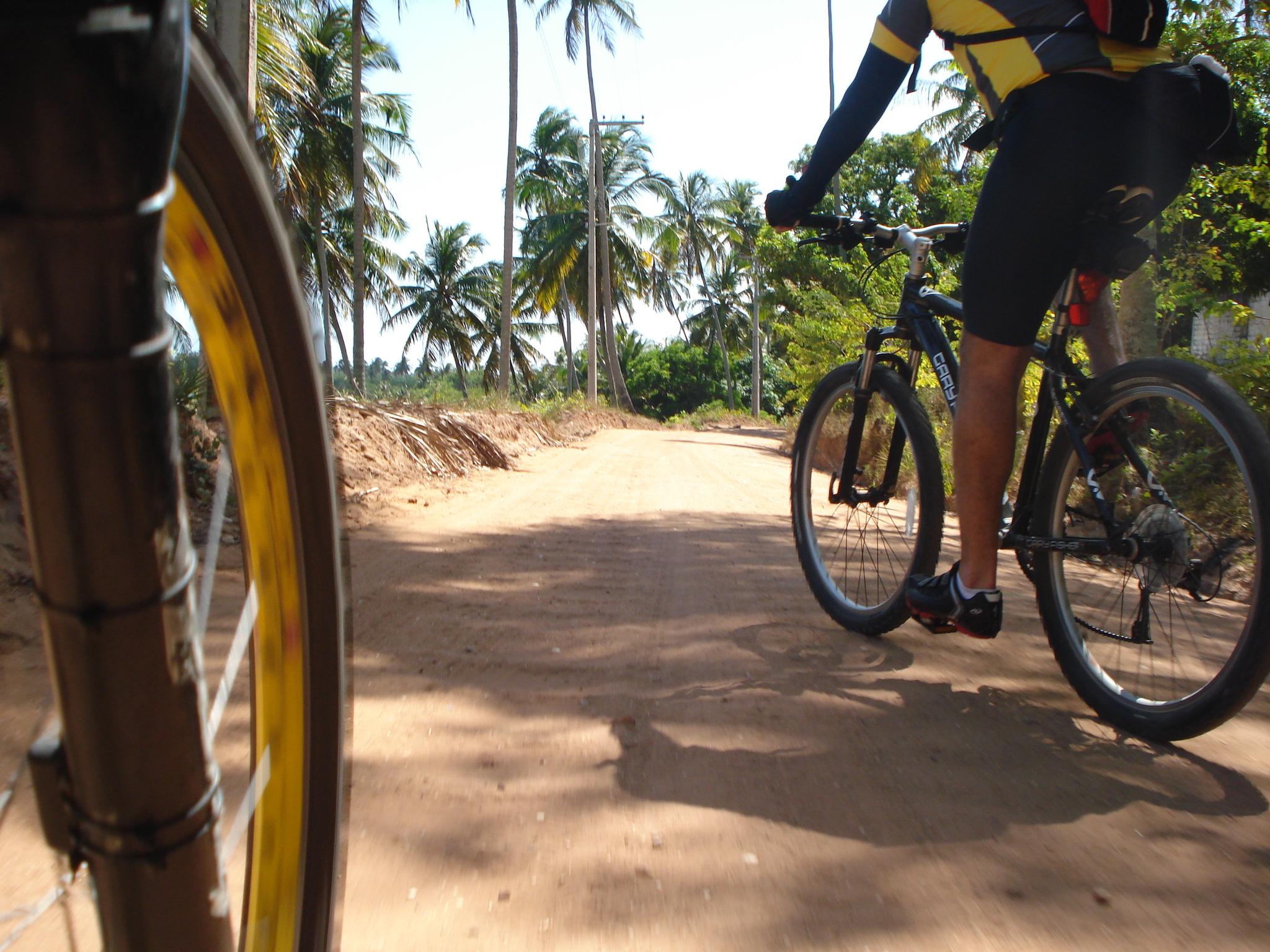 Estrada para o Broma. Pedalamos até lá, mas decidimos não entrar e seguimos viagem. A estrada é muito bonita, mas com alguns pontos de areia fofa onde é um pouco difícil pedalar.