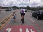 Mesmo sobre os viadutos, a presença das bicicletas foi respeitada pelos motoristas.