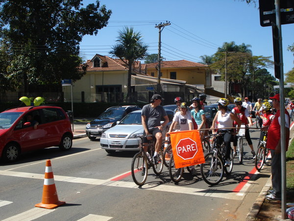 Ciclofaixa de Lazer na faixa esquerda da Av. Hélio Pellegrino. Foto: Willian Cruz/Vá de Bike