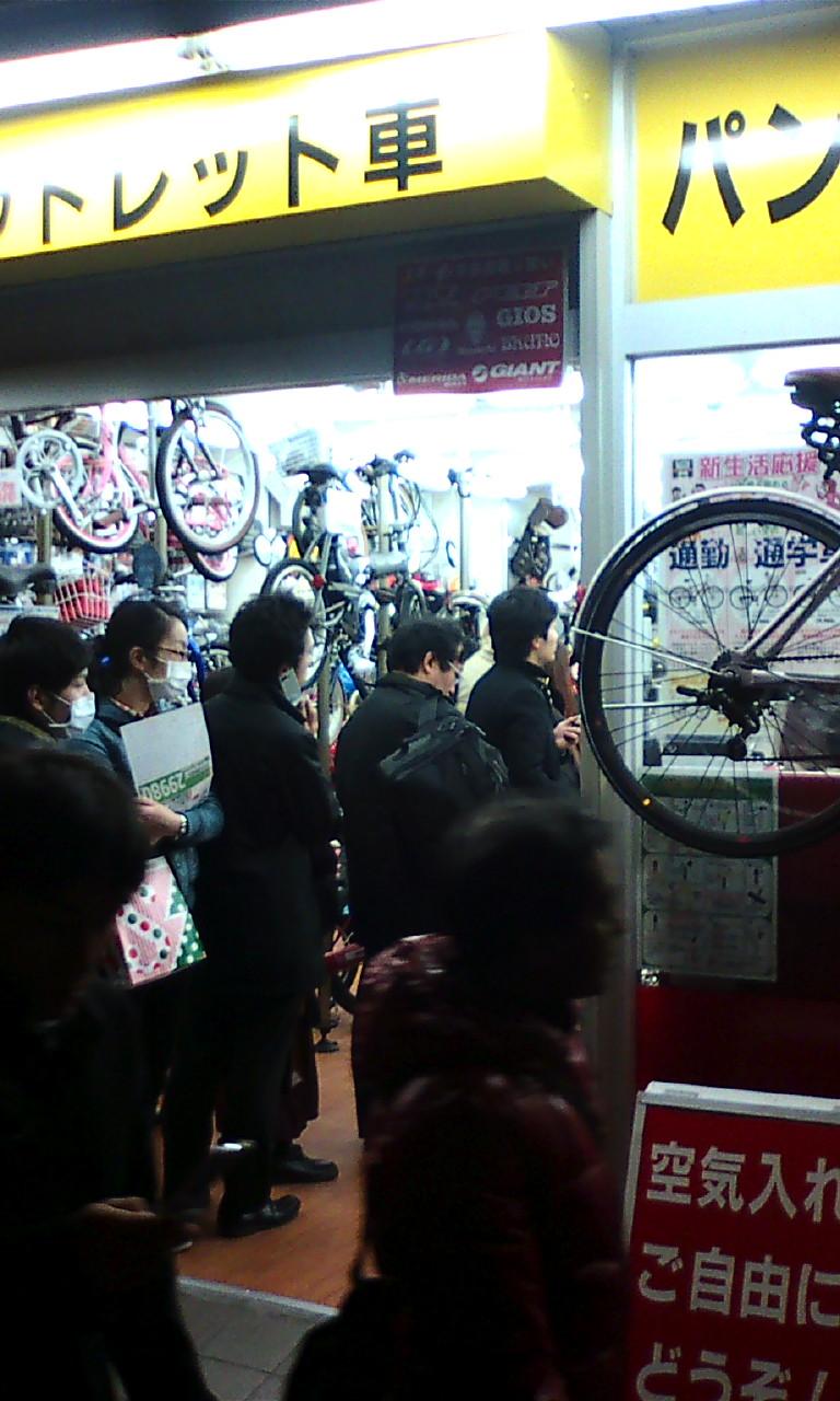 Fila para comprar bicicletas em Tóquio, logo após o terremoto. Algumas lojas venderam todo seu estoque. Foto: kiira-korpi.net