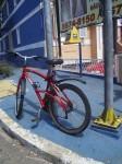 Bicicleta presa em poste de sinalização. Foto: Luddista