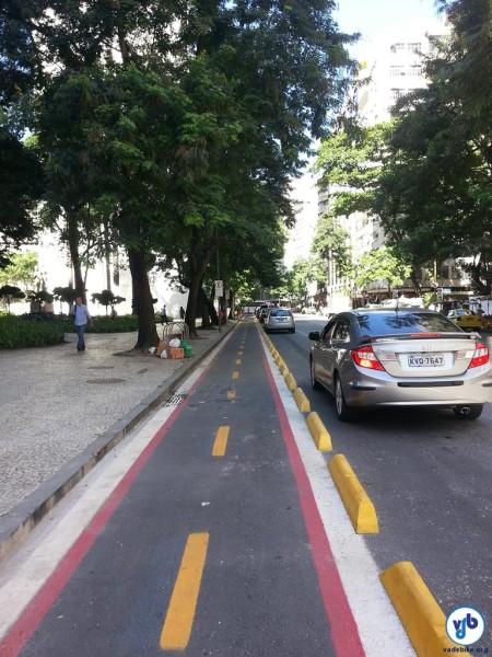 Ciclovia na Av. Graça Aranha, no centro do Rio de Janeiro: tráfego segregado e protegido. Foto: Willian Cruz