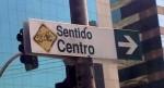 Não, essa não é a sinalização de uma Ciclorrota. É só uma brincadeira que alguém fez com uma placa que sinaliza o sentido dos ônibus no corredor da Av. Sto. Amaro. Foto: Willian Cruz/Vá de Bike
