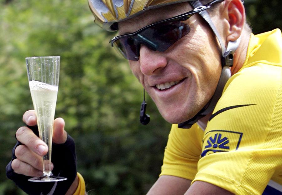 """Lance Armstrong, comemorando uma de suas vitórias em estilo """"bike capeta performance-chic""""."""
