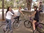Três meninas que aprenderam a pedalar com a ajuda das Pedalinas. Foto: Pedalinas
