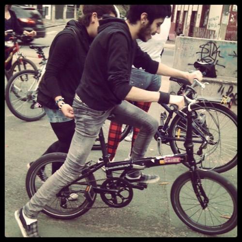 Meninos aprendendo a pedalar durante a Oficina das Pedalinas