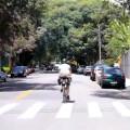 Ciclista ocupando a faixa. Imagem: CicloLiga/Reprodução