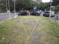 """""""Você chegou ao fim da ciclovia. Volte uma quadra e perca uma rodada de semáforo tentando atravessar."""" Essa era a """"ponta"""" da curtíssima ciclovia da Av. Faria Lima até o ano de 2012. Foto: Willian Cruz"""