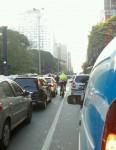 Sorrindo no congestionamento, lá vai a ciclista, passando os carros estacionados em plena Paulista. Foto: Vá de Bike
