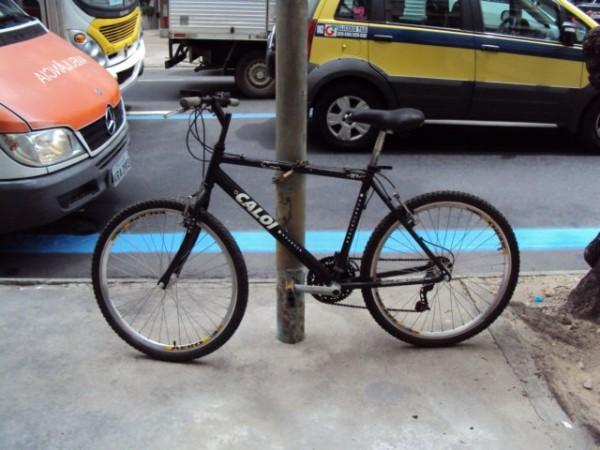 Bicicleta parada em poste no Rio de Janeiro. Foto: Transporte Ativo