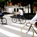 """Muito se fala sobre as bicicletas de roda fixa, mas você sabe mesmo como elas são? Veja no Vá de Bike: http://ow.ly/gUjXe  Na foto, """"fixeiros"""" participam das FixOlimpíadas 2013, evento que teve provas como skid, subida de ladeira, peanuts e arremesso. Saiba mais: http://ow.ly/r9nPu  #vadebike #fixedgear  Foto: Rachel Schein"""