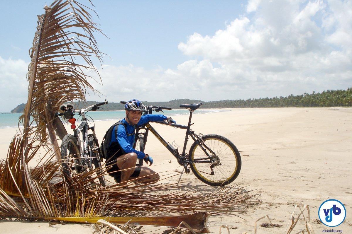 Em uma praia enorme e deserta, durante a cicloviagem de Maragogi a Maceió, em Alagoas. Uma viagem que prometo ainda contar para vocês. A blocagem do selim quebrou lá no meio dessa praia e tive que improvisar, faltavam uns 70km.