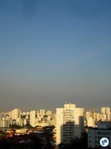 Foto tirada em 12 de dezembro, às 19h, na cidade de São Paulo. Perceba o cobertor cinza que cobre a cidade.