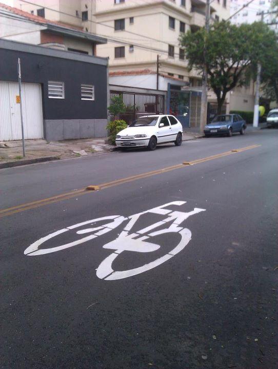 Sinalização de solo em rua do bairro da Lapa. Foto: Raphael Monteiro de Oliveira