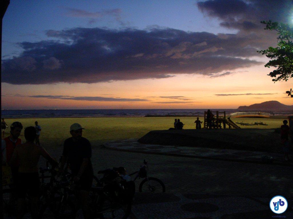 Pôr do sol na praia: prêmio para quem passou o dia todo pedalando