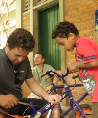 Crianças e bicicletas - uma relação para a vida toda. Na foto, ação realizada no dia das crianças na periferia de São Paulo, por Coletivo CRU, Bike Anjo, Mão na Roda e Coletivas. Foto: Coletivo CRU
