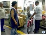 """Uma bicicleta novinha sendo recebida na """"Fábrica de Brinquedos"""" dos Correios. Foto: JP Amaral"""