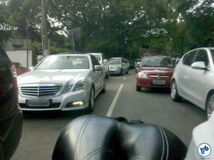 Carros parados no congestionamento da R. Honduras, no meio da tarde, antes de cruzar a Av. 9 de Julho. Foto: Willian Cruz