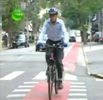 Nas ciclofaixas do bairro de Moema, a sinalização de solo foi feita corretamente nos cruzamentos, chamando atenção do motorista para a prioridade de circulação das bicicletas. Imagem: Canal Futura/reprodução