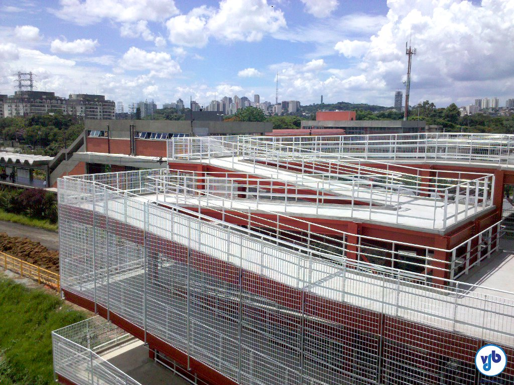 Vista lateral do acesso da Cidade Universitária. Perceba o baixo grau de inclinação.