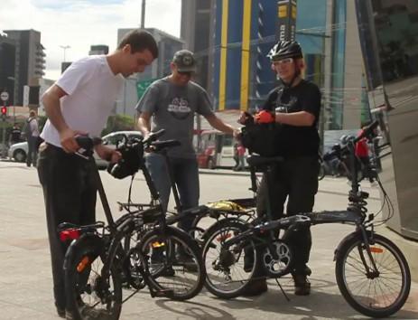 Desmontando as bicicletas para embarcar na estação Faria Lima, da linha amarela do Metrô de São Paulo. Imagem: Renata Falzoni