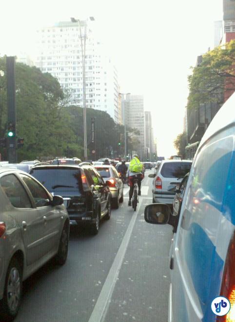 Ciclista deixa carros para trás, no trânsito parado da Avenida Paulista. Foto: Willian Cruz