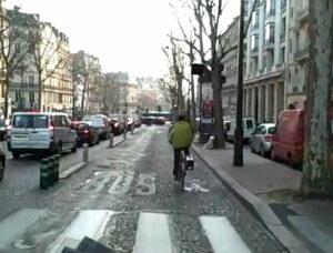 Bicicletas são bem aceitas nas ruas de Paris, sobretudo pela punição severa a motoristas em caso de atropelamento. Na foto, ciclista utiliza a via dos ônibus, em uma imagem feita de dentro do coletivo - que aguardava pacientemente atrás do ciclista. Imagem: Arturo Alcorta/Reprodução
