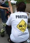 Em meio a flores, um pedido: proteja a vida do ciclista. Na foto, uma familiar de Márcia Prado, em uma das homenagens em sua memória..