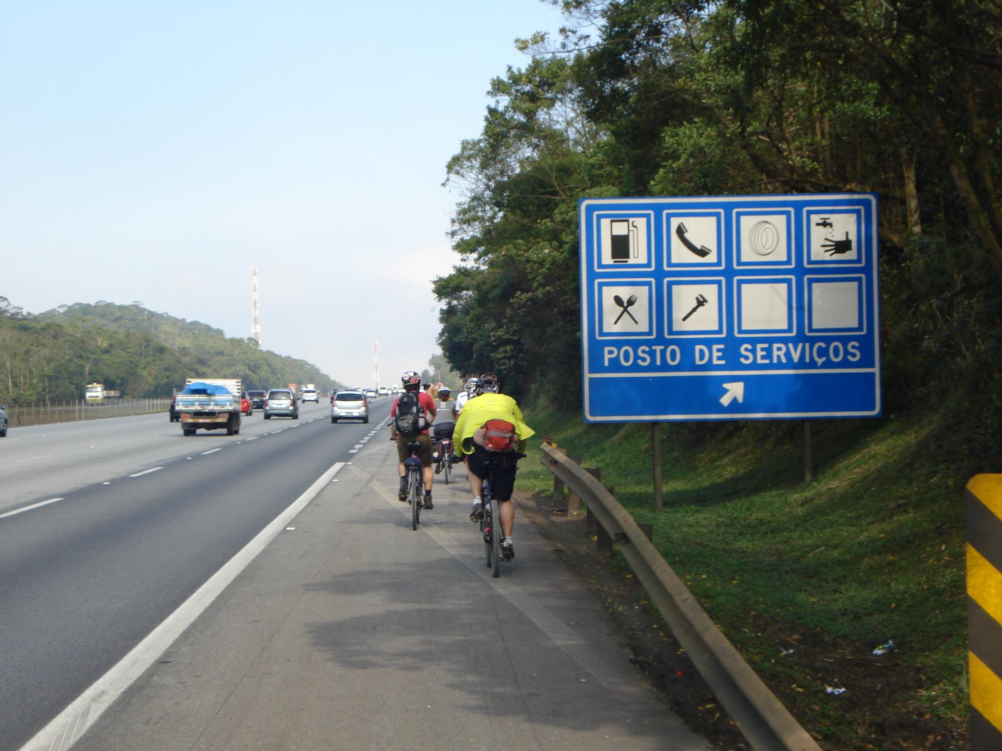Em estradas sem ciclovia, ciclistas tem direito de usar o acostamento, previsto no Código de Trânsito. Foto: Vá de Bike
