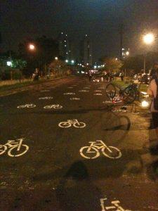 Em abril de 2012, após a morte do ciclista Lauro Neri na aveinda Eliseu de Almeida, cidadãos pintaram bicicletinhas no asfalto em protesto. A ciclovia, que deveria estar pronta há anos, teria salvo sua vida. Foto: Aline Cavalcante