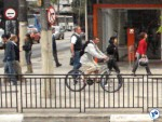 Muitos ciclistas usam a calçada por serem ameaçados pelos motoristas quando tentam usar a via. Foto: Willian Cruz