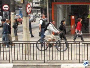 Muitos ciclistas usam a calçada, por serem ameaçados pelos motoristas quando tentam usar a via. Foto: Willian Cruz