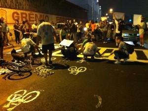 Protesto de ciclistas durante instalação de ghost bike para Lauro Neri em 2012. Foto: Michelle Mamede