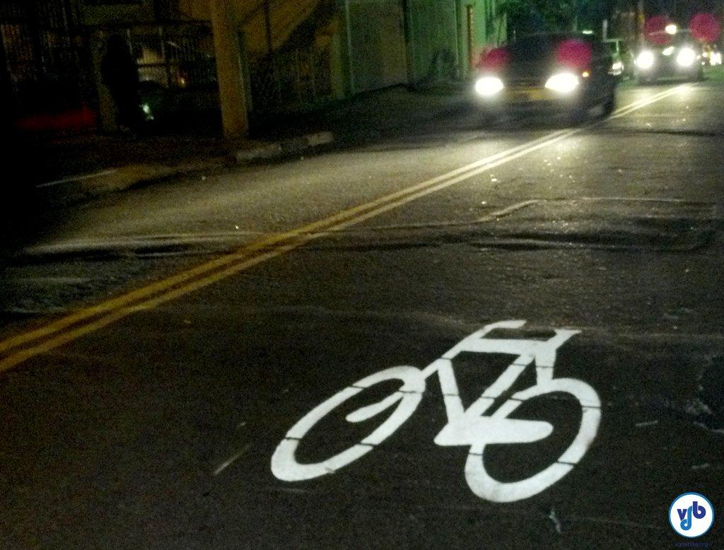 A nova ciclorrota já começou a ser sinalizada. Essa bicicleta está no asfalto da R. Cel. Lisboa, esquina com a R. Me. Cabrini.