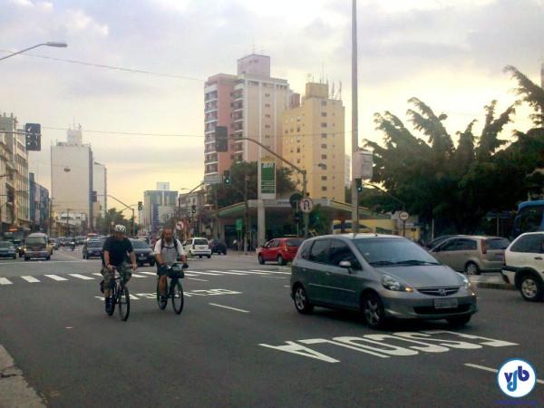 Ciclistas pedalam em avenida de São Paulo. Foto: Willian Cruz