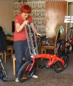 Renata Falzoni montando a grua na bicicleta dobrável. Imagem: Reprodução