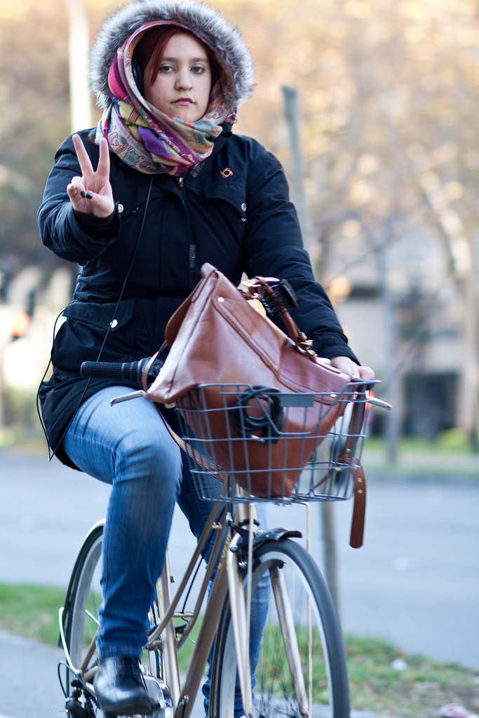 O frio da capital chilena não desanima quem escolhe a bicicleta para se deslocar. Mulheres já são responsáveis por mais de 30% dos deslocamentos em Santiago. Foto: Claudio Olivares Medina, via Flickr