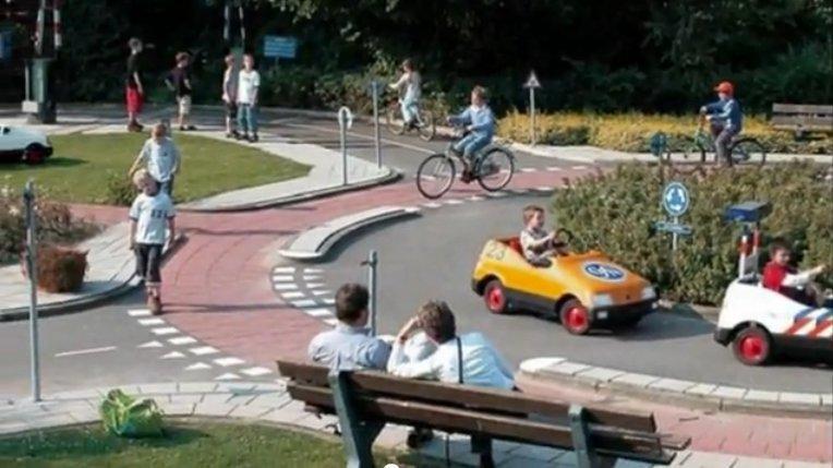 """""""Jardim de trânsito"""" (traffic garden) na cidade de Ultrecht, na Holanda: formando motoristas, ciclistas e pedestres conscientes. Imagem: Cycling in Netherlands Blog / reprodução"""