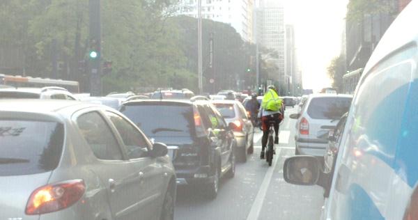 Não há problema - e nem infração - ao ultrapassar os carros parados no congestionamento. Foto: Willian Cruz