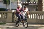 Dona Nice, de 82 anos, aprendendo a pedalar com o Bike Anjo Marcos Jana. Foto: Paulo Dimas